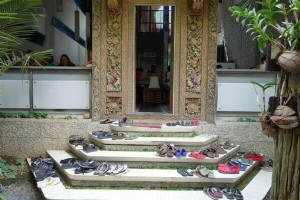 Visiting Bali - Remove your shoes where appropriate